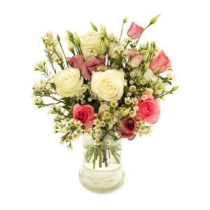 Bukett med vita o. rosa rosor, lila prärieklockor och småblommigt vitt. Blommorna finns att köpa hos Euroflorist, en av våra största blomsterförmedlingar på nätet.