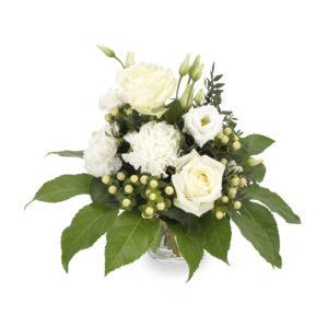 Bukett med vita blommor (rosor, nejlikor, småblommigt) och gröna blad. Från Euroflorist