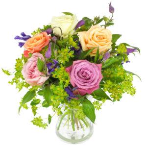Bukett med rosor i blandade, milda färger (här rosa, orange, vitt, aprikos). Skicka blommorna med ett blomsterbud från Euroflorist!