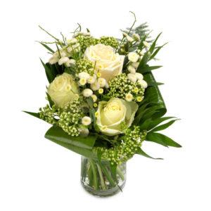 Bukett med eleganta, vita rosor, småblommigt vitt och gröna blad. Finns hos Euroflorist.