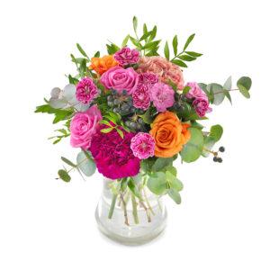 Bukett med blommor i blandade, glada färger (bl a rosor i orange och rosa). Buketten finns att beställa hos Euroflorist.