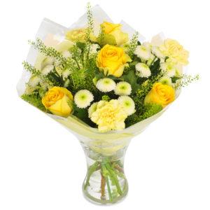 Bukett med blandade blommor i gult, bl a rosor. Blommorna finns att beställa hos Euroflorist.