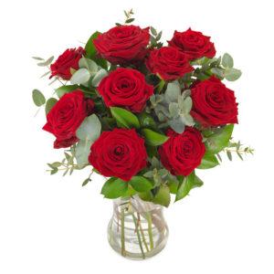 Vacker blombukett med röda rosor och gröna blad. Skicka blommorna med ett blombud från Euroflorist!