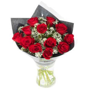 Fantastisk bukett med röda rosor och brudslöja. Blommorna inslagna i omslagspapper. En lyxvariant! Blommorna finns att beställa online hos Euroflorist.