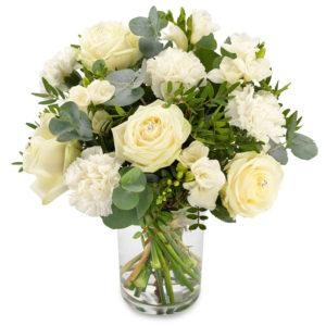 Bukett med vita rosor och vita nejlikor tillsammans med grönt. Blommorna ingår i Euroflorists sortiment.