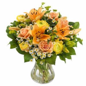 Aprilbuketten från Euroflorist, med gula och orange rosor, orange liljor m m. Skicka blommorna med ett Eurofloristbud och gör någon glad!