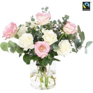 Bukett med rosa och vita rosor tillsammans med gröna eucalyptus-stjälkar. Superfin! En Fairtrade-bukett från Bringbloom - skicka den med bud och gör någon glad!