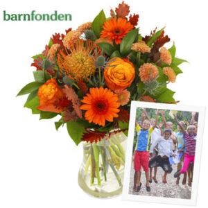 Bukett med blandade blommor i orange, bl a rosor. Ur Euroflorists bukettsortiment.
