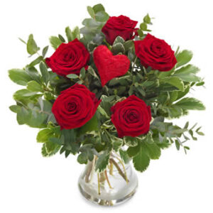 Bukett med röda rosor och ett rött dekorationshjärta. Ur Euroflorists sortiment av rosor.