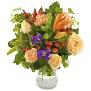 Bukett med blandade blommor, bl a ljusgula rosor. Ur Euroflorists rossortiment.