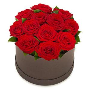 En rund box fylld med eleganta, röda rosor. Ur Euroflorists sortiment av romantiska blommor.