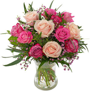 Blombukett med rosor i blandade rosa färger tillsammans med grönt. Superfin! Blommorna finns att beställa hos Euroflorist.