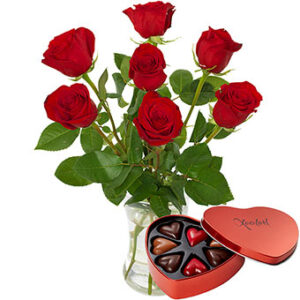 Bukett med röda rosor plus en hjärtformad ask med chokladpraliner. Ur Euroflorists sortiment.