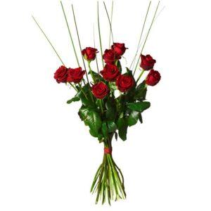 Bukett med tio röda rosor och steelgrass. En bukett från Interflora.