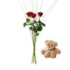 Bukett med tre röda rosor och steelgrass. Plus en söt liten nalle. Ett gåvoset ur Interfloras sortiment.
