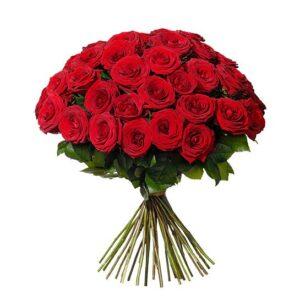 Rundbunden bukett med 40 eleganta, röda rosor. Skicka dem med ett bud från Interflora - beställ enkelt online!