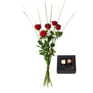 Bukett med fem röda rosor och en ask choklad. Ur Interfloras sortiment.