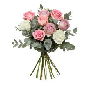 Bukett med rosor i blandade pastellfärger och eucalyptusblad. Ur Euroflorists sortiment.