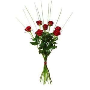 Bukett med sju röda rosor och steelgrass. Ur Interfloras sortiment.