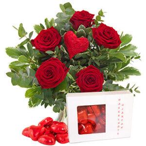 Bukett från Euroflorist, med röda rosor, rött dekorationshjärta och hjärtformade chokladpraliner.