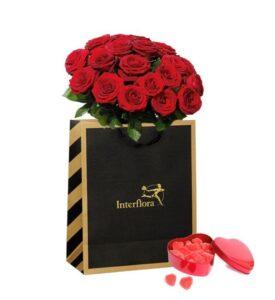 Presentpåse med stor bukett röda rosor +plåthjärta med geléhjärtan. Skicka blommorna med bud via Interflora!