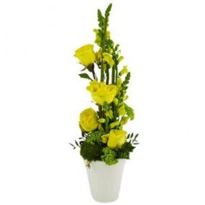 Hög blomsterdekoration med gula blommor. Passar till påsk! Beställ ett blomsterbud hos Florister i Sverige.
